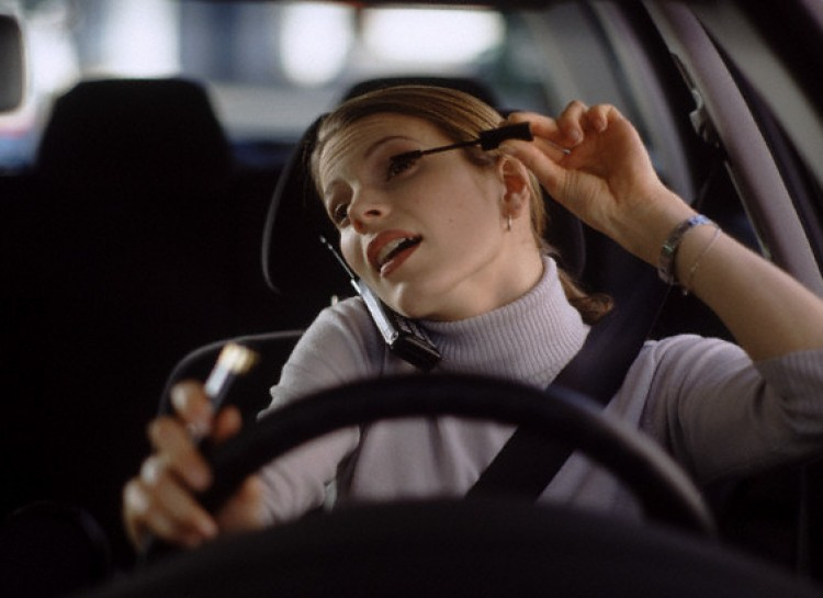Craziest things people do while driving-makeup